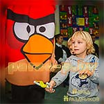 Ребята выполняют задание аниматора Энгри Бердс Angry Birds