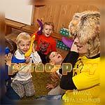 Аниматор Барбоскин играет с детьми