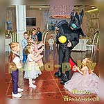 Аниматор Беззубик развлекает детей на празднике