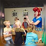 Аниматор Бравл Старс Пэм танцует с детьми