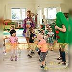 Аниматор Принцесса играет с детьми