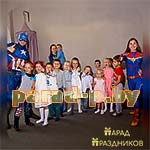 Аниматоры Капитан Америка и Капитан Марвэл позируют с детьми