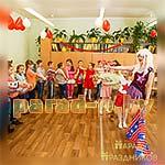 Аниматор Диско Вечеринки фотографируется с детьми