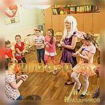 Аниматор Диско Вечеринки танцует с детьми