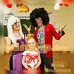 Аниматоры Диско Вечеринки фотографируются с именинницей