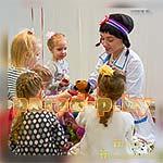 Аниматор Доктор Плюшева развлекает детей на празднике