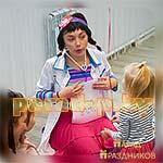Аниматор Доктор Плюшева играет с детьми