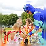 Аниматор Герои в Масках Кетбой играет с детьми