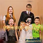 Аниматоры Гарри Поттер и Гермиона фотографируются с детьми