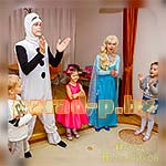 Аниматоры Холодное Сердце Эльза и Олаф играют с детьми