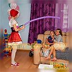 Аниматор Красная Шапочка развлекает детей