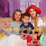 Аниматор Красная Шапочка фотографируется на празднике