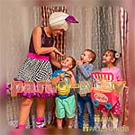 Аниматор Кукла Лол позирует с детьми