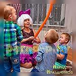 Аниматор Кукла Лол играет с ребятами
