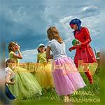 Аниматор Леди Баг танцует с детьми