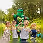Аниматор Лего Ниндзяго фотографируется с детьми