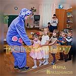 Аниматор Лунтик играет с детьми