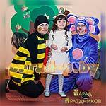 Аниматоры Лунтик и Пчелка фотографируются с именинницей