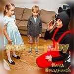 Аниматор Микки Маус знакомится с детьми