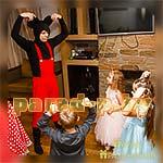 Дети танцуют вместе с Аниматором Микки Маусом