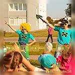 Ребята танцуют вместе с Аниматорами Майнкрафт