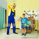 Аниматор Миньон позирует с ребятами