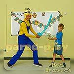 Аниматор Миньон фотографируются с именинником