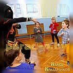 Дети повторяют движения за Аниматором Ниндзя