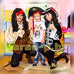 Аниматоры Пираты Джек Воробей и Элизабет фотографируются с именинником
