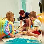 Аниматор Пижамной Вечеринки играет с ребятами