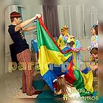 Аниматор Пижамной Вечеринки проводит игру