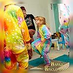 Ребята танцуют вместе с Аниматором Пижамной Вечеринки
