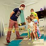 Аниматор Пижамной Вечеринки развлекает ребят на празднике