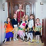 Аниматор Принц позирует с детьми