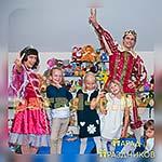 Аниматоры Принц и Принцесса фотографируются с детьми