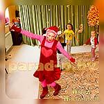 Аниматор Смешарик Нюша танцует с детьми