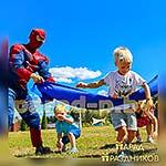 Аниматор Спайдермен развлекает детей на празднике