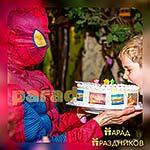 Аниматор Спайдермен выносит торт на празднике