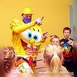 Аниматор Губка Спанч Боб играет с детьми