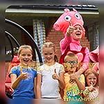 Аниматор Свинка Пеппа позирует с детьми
