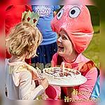 Аниматор Свинка Пеппа выносит торт