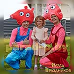 Аниматоры Свинка Пеппа и Джордж фотографируются с именинницей