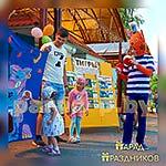 Аниматор Три Кота развлекает ребят на празднике