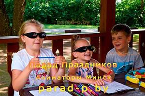 Дети рисуют на празднике с аниматором Алисой в стране чудес в Минске