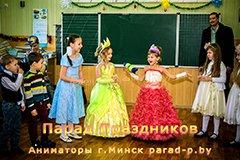 Дети передают конфету на новогоднем утреннике в школе