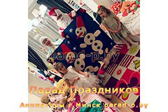 Дед Мороз и Снегурочка в Минске позируют с детьми и снеговиками
