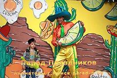 Аниматор в Минске Незнайка позирует с ребенком