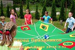 Дети играют в футбол на празднике