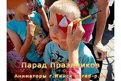 Аквагримёр в Минске наносит рисунок ребёнку