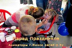 Аквагримёр в Минске рисует девочке узоры на лице